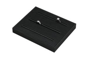 黑色泰絲布珠寶飾品展示櫃內部陳列三條戒盤